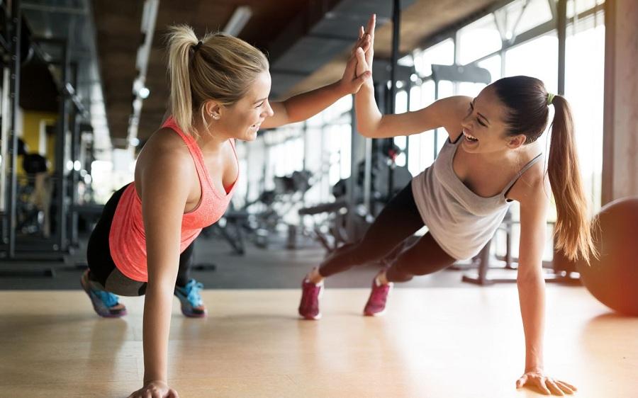 Фітнес разом із подругою: спільні вправи та переваги (відео)
