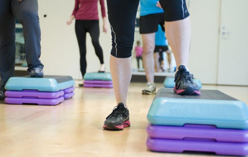Базові вправи для тренувань степ-аеробіки вдома (Відео)